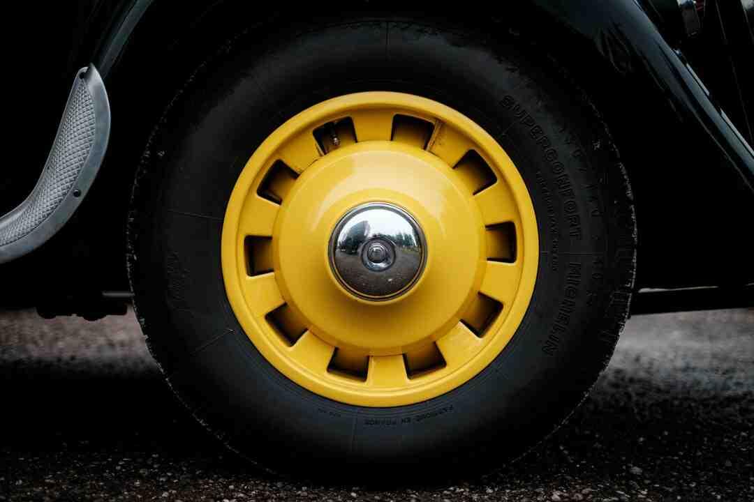 Como tirar um pneu da roda de um carro?