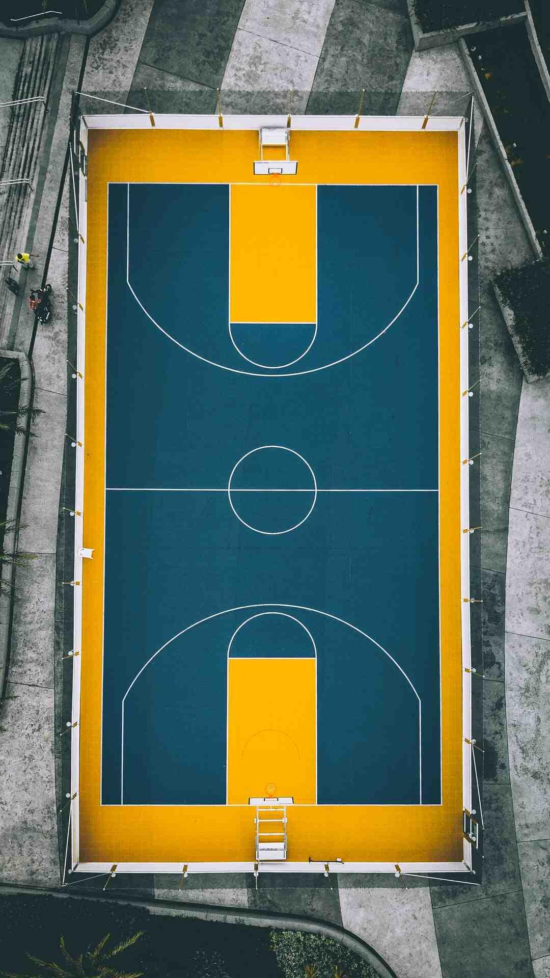 Em que circunstâncias o arremesso bandeja é usado no basquetebol?